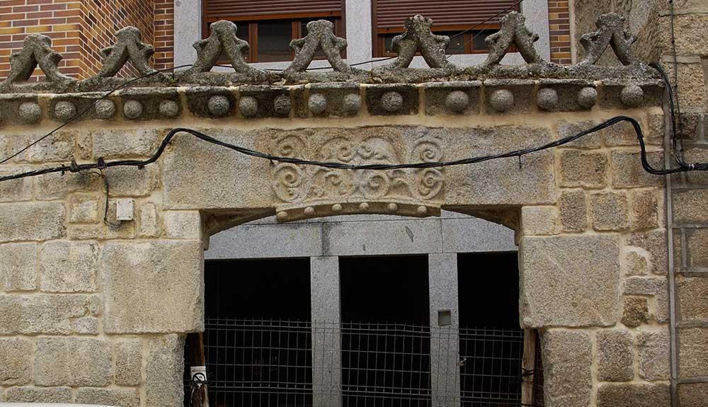 Escudos nobiliarios y dinteles antiguos